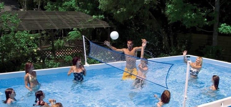 red de voleibol piscina sobre el suelo