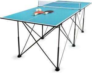 mesa de ping pong con raquetas